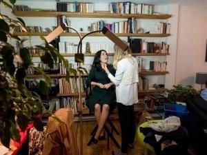 Valérie Plante au maquillage, avant d'entamer sa soirée électorale.