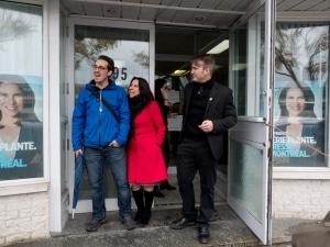Valérie Plante avec son attaché de presse et son conjoint au local de Rosemont