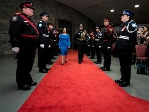 Valérie Plante fait son entrée dans la salle où se tiendra la cérémonie d'assermentation